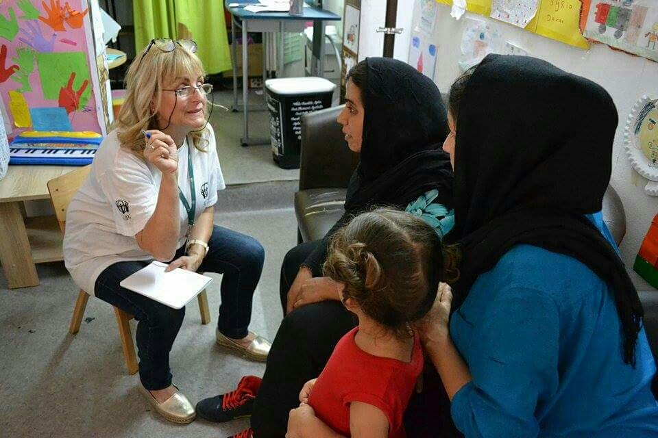 Snežana, radnica Adre, na persijskom prenosi važne informacije izbeglicama iz Avganistana koje ih mogu zaštiti od onih koji žele da im naude dok beže od sukoba i nemaštine.